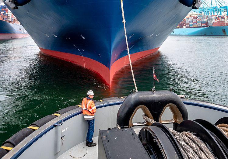 JK200603_Sleepboot de Rotterdam haalt grootste containerschip binnen-0183.jpg